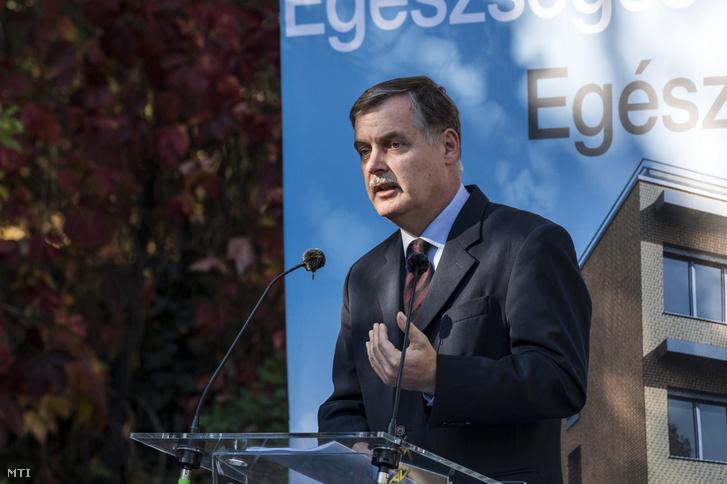 Cserháti Péter miniszteri biztosként 2017. október 16-án egy sajtótájékoztatón.