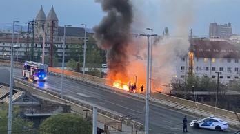 Nagy lángokkal égett egy épület a Ferdinánd hídnál