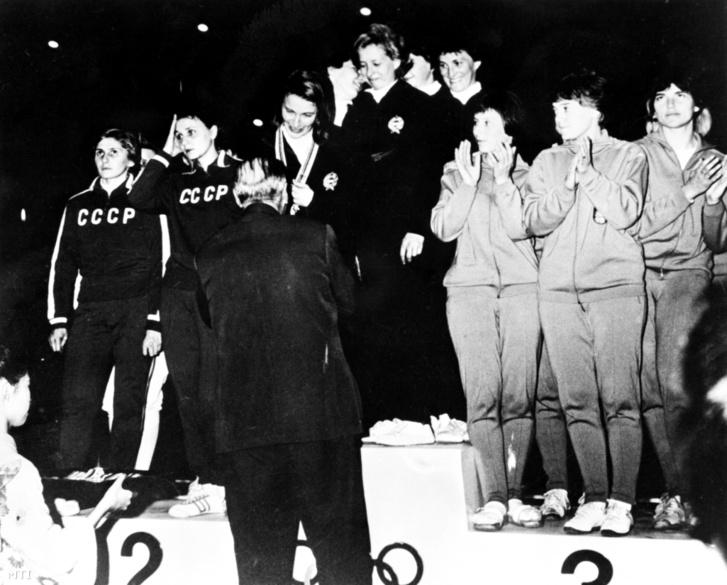 Az aranyérmes magyar Dömölky Lídia, Juhász Katalin, Ágoston Judit (első sor b-j) Rejtő Ildikó és Marosi Paula (hátsó sor b-j) a női tőr csapatverseny eredményhirdetésén a XVIII. nyári olimpián.