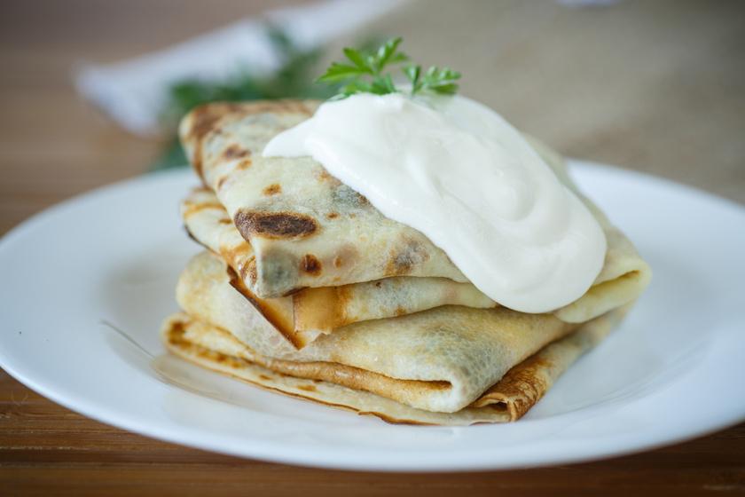 Sós, húsos-sajtos palacsinta maradék pörköltből: tejföllel meglocsolva még finomabb