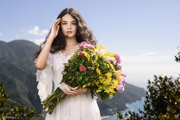 Figyelem, feladvány következik! Az alábbi képeken egy igencsak híres házaspár lányát láthatja, aki a  Dolce&Gabbana felkérésére igent mondva a divatház parfümjét reklámozza a következő fotókon