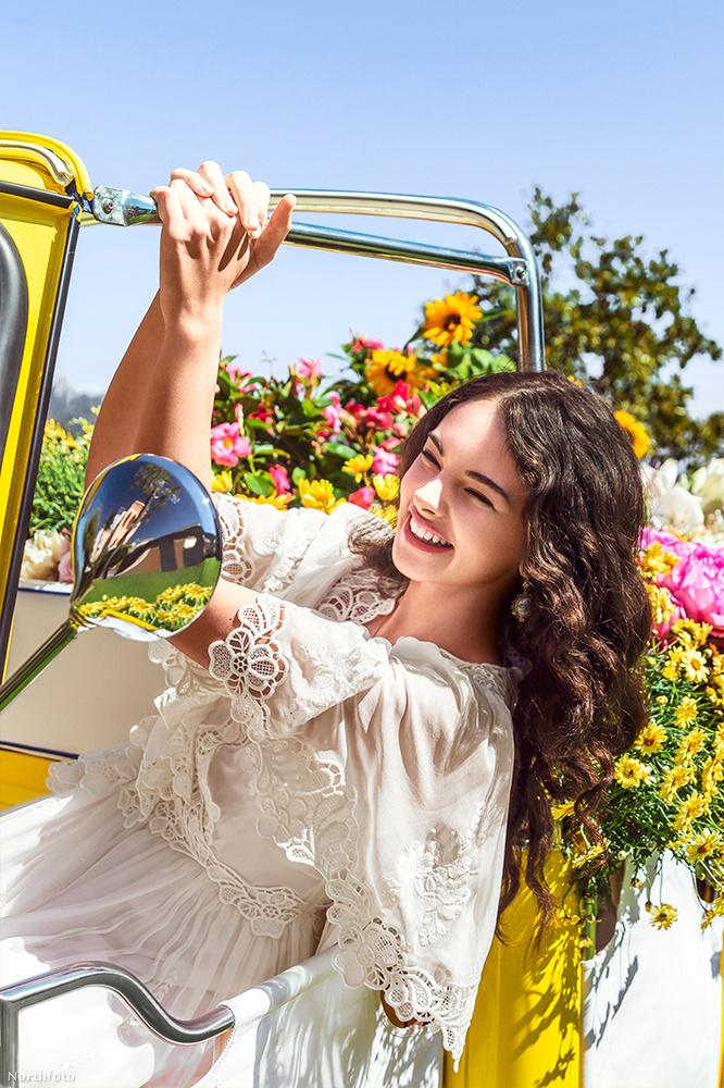 A Shine nevű D&G parfüm kampányában szélesen mosolygó lány mindössze 15 éves.