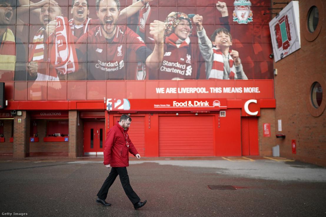 Egy dolgozó a Liverpool FC Anfield Road-i stadionja előtt