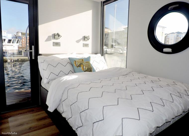 A hosszú, izolációban töltött nap után pedig ebbe a hatalmas ágyba kuckózhat be az ember, hogy aztán a víz halk hullámzásának hangjára alhasson el.