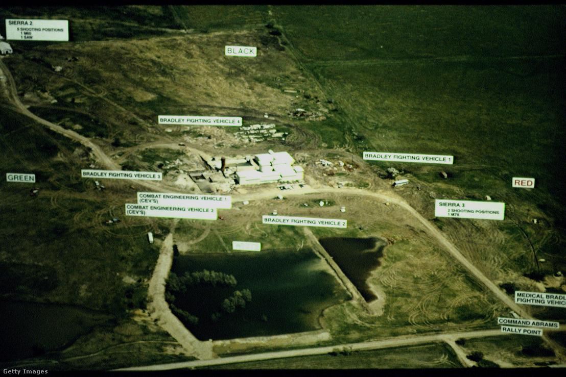 Harcálláspontok az 1993. április 19-i ostrom alatt, kiemelve a Bradley gyalogsági harcjárművek, a műszaki páncélos járművek (CEV) és a lőállások pozíciójával