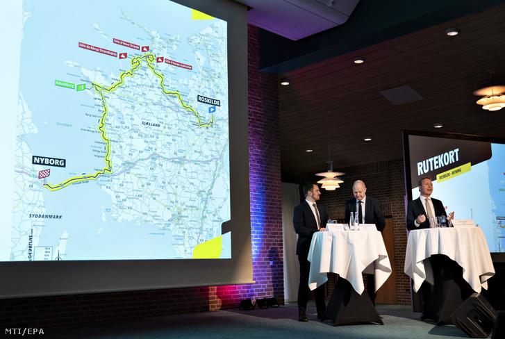 Simon Kollerup dán kereskedelmi miniszter Jens Ejner Christensen vejlei polgármester és Alex Pedersen a Nagy Rajt igazgatója (b-j) sajtótájékoztatót tart a 2021-es Tour de France körversenyről Vejlében 2020. február 4-én.