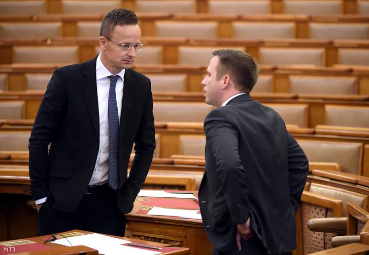 Szijjártó Péter külgazdasági és külügyminiszter (balra) és Dömötör Csaba beszélget a mai plenáris ülésen