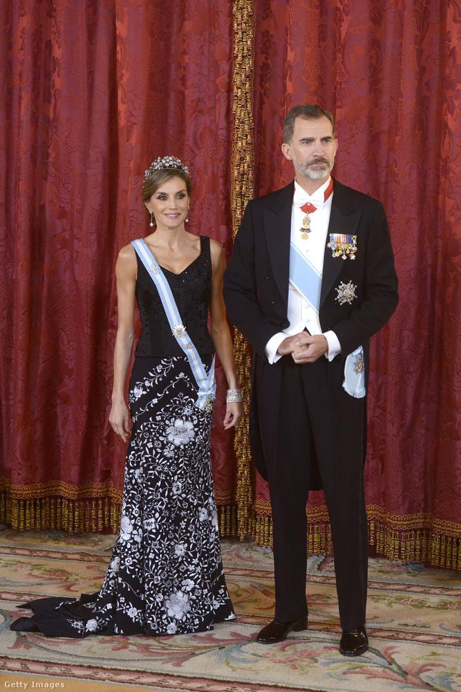 Vagyis Fülöp még csak 6 éve uralkodik, apját követve, aki képletesen szólva 39 évig viselhette fején a koronát