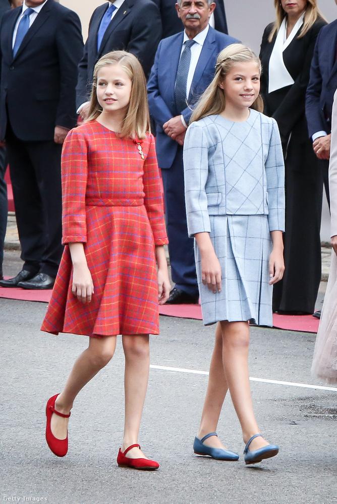 Mint látja, egy rá szinte megszólalásig hasonlító húga is van, ő a kék ruhát viselő, 12 éves Zsófia infásnő