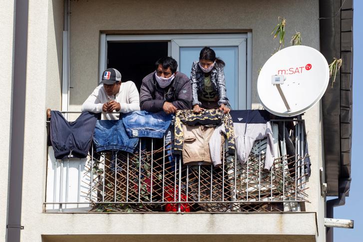 Podgoricai lakosok a járvány miatt osztott segélycsomagokra várnak 2020. március 29-én, Montenegróban