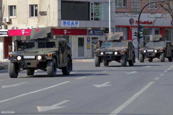 Az albán hadsereg járművei járőröznek Tiranában 2020. március 21-én, ahol szigorú kijárási tilalmat hirdettek a járvány miatt
