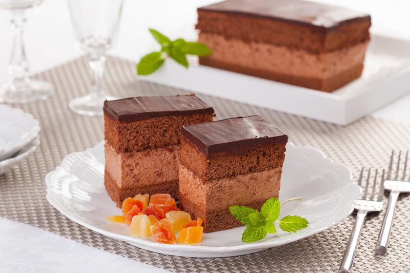 A nagyon csokis rigójancsi a leghíresebb magyar sütik egyike. Talán nincs is hazánkban olyan cukrászda, ahol nem szerepel a kínálatban. A legenda szerint a híres cigányprímás, Rigó Jancsi hercegnő kedvesének süttette. A piskóta, a habos, csokis krém együtt mennyei, és otthon is bátran hozzáfoghatsz.