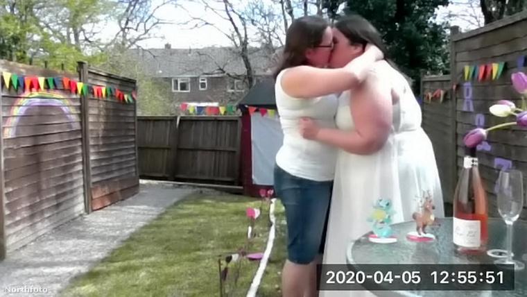 A pár az angliai Thorverton nevű településen él, innen közvetítették mindenkinek a házasságkötést, az első csókot, az első táncot, sőt, a lakodalmi bulit is