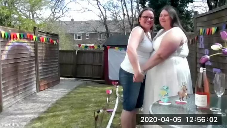 Így aztán, mivel a dátum már megvolt, Taylor-Knee-ék meg is tartották április első vasárnapján az esküvőjüket, méghozzá a saját kertjükben.