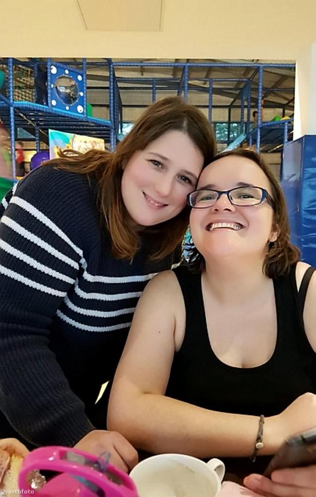 Ez a leszbikus pár Zoe és Rachel Taylor-Knee, és ők azon pechesek közé tartoznak, akik tavaly úgy kezdték el szervezni idén tavaszra az esküvőjüket, hogy nem tudhatták, hogy azt a koronavírus-járvány ellehetetleníti majd