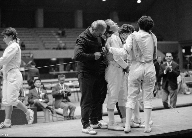 Dömölky Lídiát (b2) utolsó asszója után az örömében síró Ágoston Judit és Rejtő Ildikó öleli a páston a Magyarország-Szovjetunió női tőrcsapat döntője után