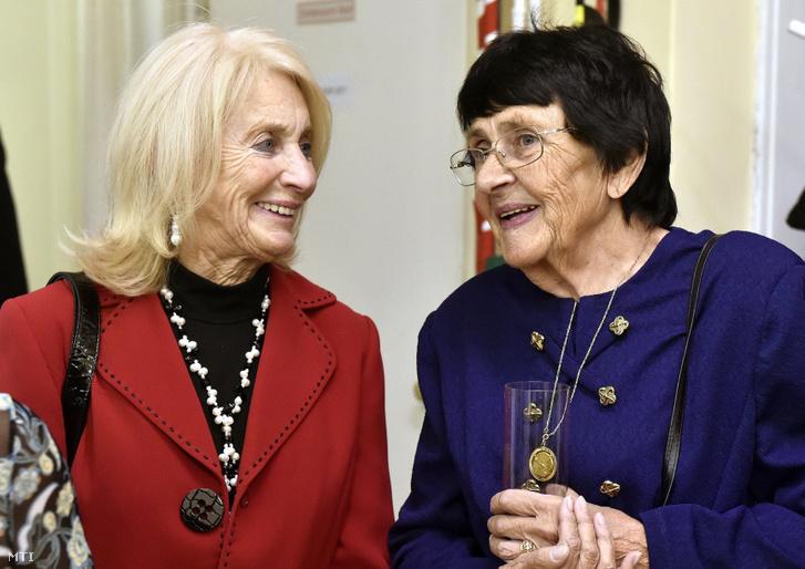 A 80 éves Dömölky Lídia olimpiai bajnok vívó és Marosi Paula olimpiai bajnok tőrvívó a születésnapjuk alkalmából rendezett ünnepségen a Magyar Olimpiai Bajnokok Klubjában 2016. november 3-án.