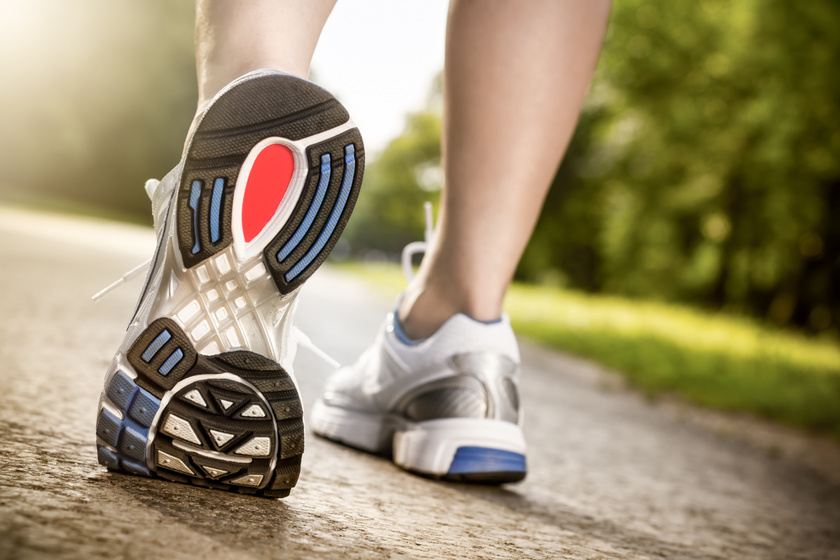 Már ennyi séta csökkenti a vérnyomást és a szívbetegség kockázatát: a kutatók szerint csodát tesz a testtel
