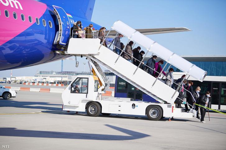 A Külgazdasági és Külügyminisztérium (KKM) által közreadott képen a koronavírus-járvány miatt Észak-Amerikában rekedt magyar álampolgárokat hazaszállító repülőgép a Liszt Ferenc-repülőtéren 2020. április 2-án.