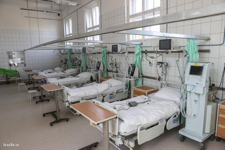 Lélegeztetőgéppel ellátott ágyak a Szent János Kórházban az új koronavírussal fertőzött betegek fogadására 2020. március 27-én