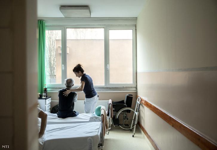 Gyógytornász foglalkozik egy beteggel a Szent Margit Kórház mozgásszervi rehabilitációs osztályán 2018. november 29-én.