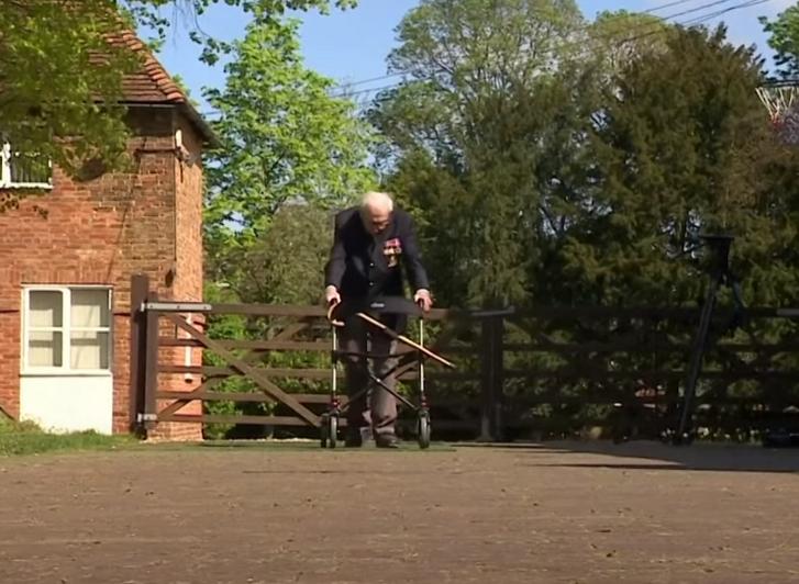 Több mint ötmillió fontot gyűjtött össze a járvány elleni küzdelemre a kertjében köröző 99 éves veterán