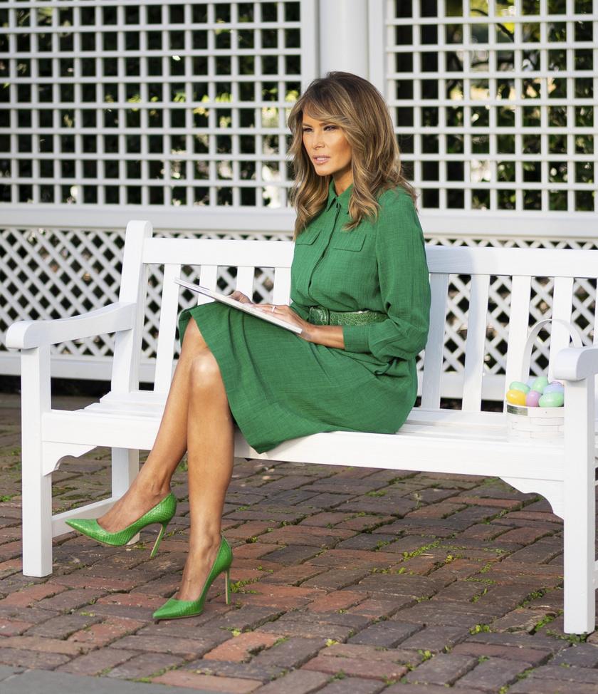 Melania Trump idén talpig zöldben olvasott fel mesét a gyerekeknek, a koronavírus miatt csak online tehette most ezt meg.