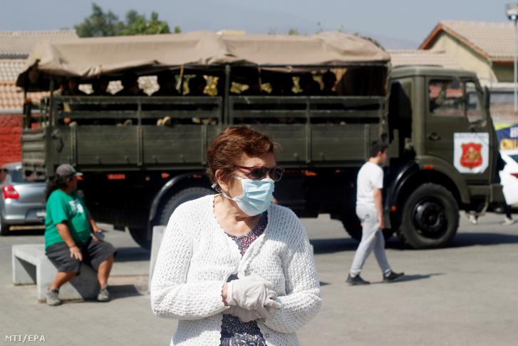 Védőmaszkot viselő idős asszony Santiago külvárosában 2020. március 21-én