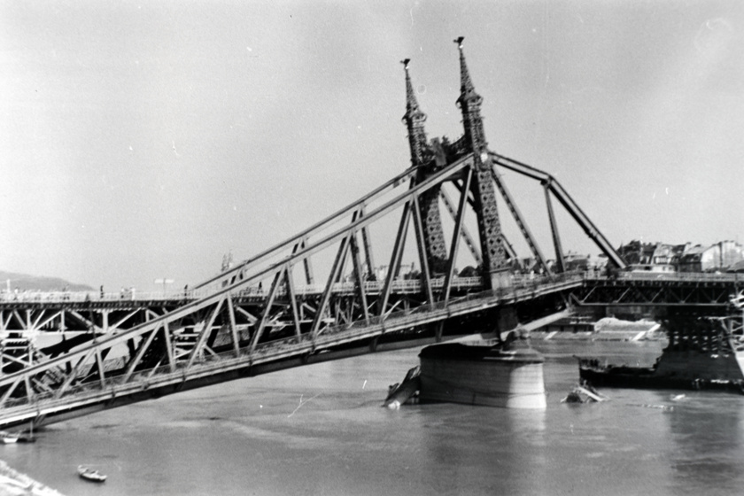 A Szabadság hidat 1896-ban adták át először, ám a Duna-hidakat 1945-ben a visszavonuló német hadsereg sorra felrobbantotta, így ez is romokban hevert a második világháborút követően.
