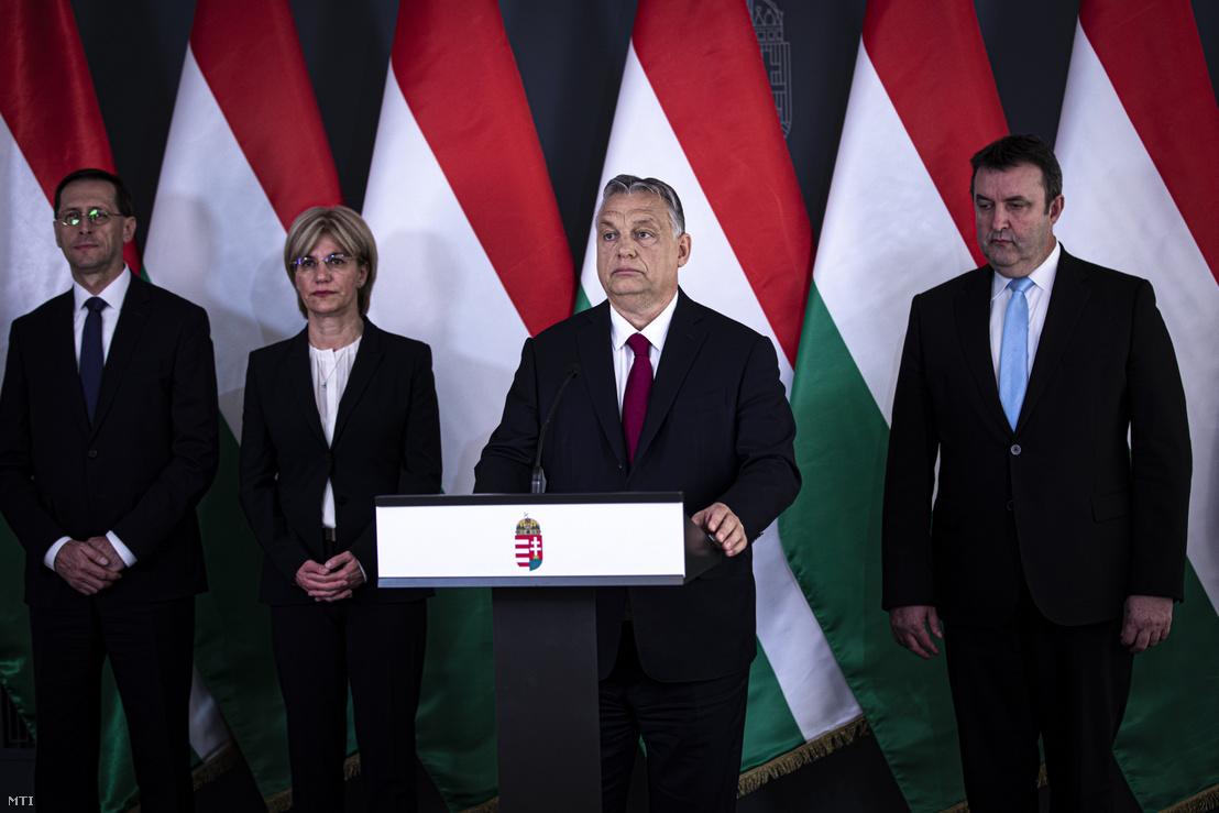 Orbán Viktor miniszterelnök bejelentést tesz Budapesten 2020. április 6-án. A kormányfő mögött Varga Mihály pénzügyminiszter, Mager Andrea nemzeti vagyon kezeléséért felelős miniszter és Palkovics László innovációs és technológiai miniszter (b-j)