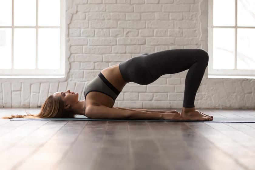 Bemelegítésképp feküdj egy polifoamra, tedd magad mellé a kezeidet, emeld meg fenekedet annyira, hogy az a gerinced meghosszabbítása legyen, majd lassan ereszd le vissza a talajra.