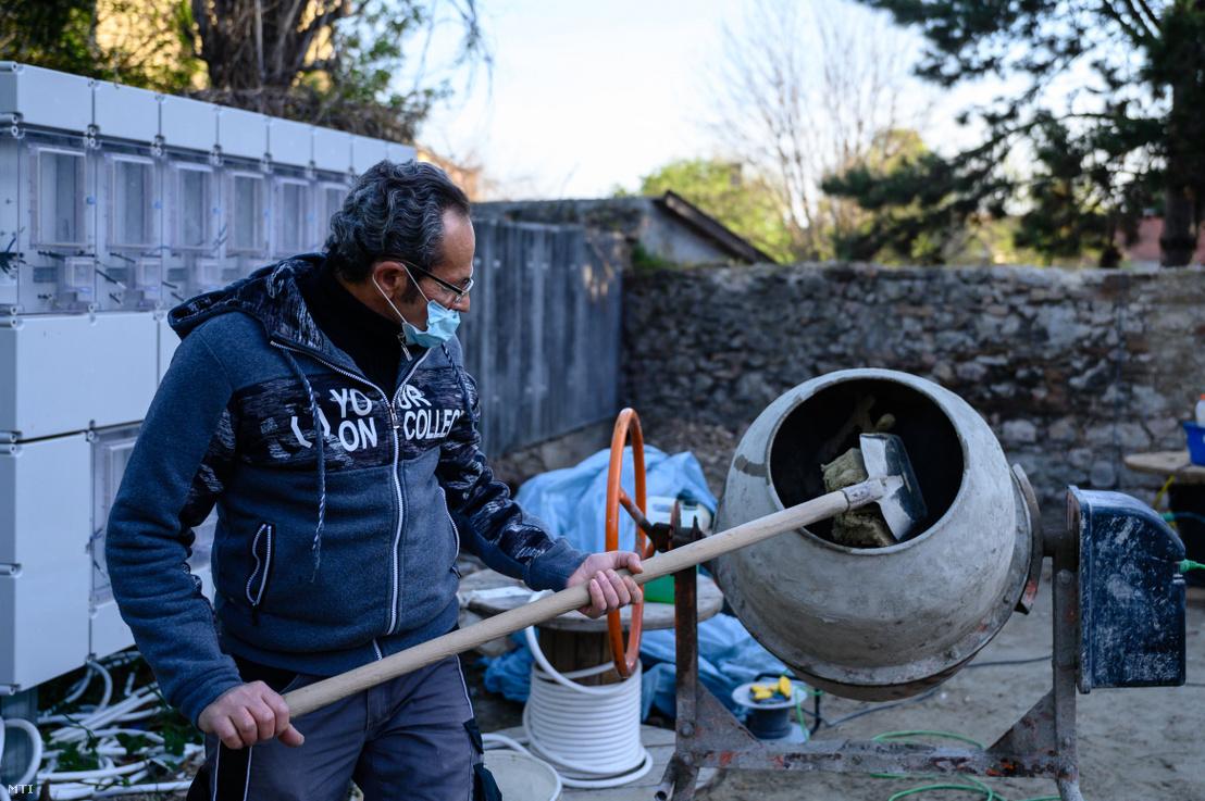 A Tatai Városgazda Nonprofit Kft. munkatársa egy tatai önkormányzati bérlakás felújításán dolgozik 2020. április 15-én. A nonprofit kft. egyszerűsített munkaviszonyban - napi bejelentéssel - városüzemeltetési feladatok ellátására foglalkoztat olyan helyi munkavállalókat akik a koronavírus-járvány miatt vesztették el munkájukat.