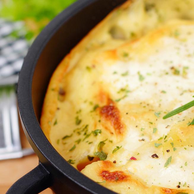 Gazdagon rétegezett burgonyatorta – A sajttól és a tejszíntől szaftos lesz