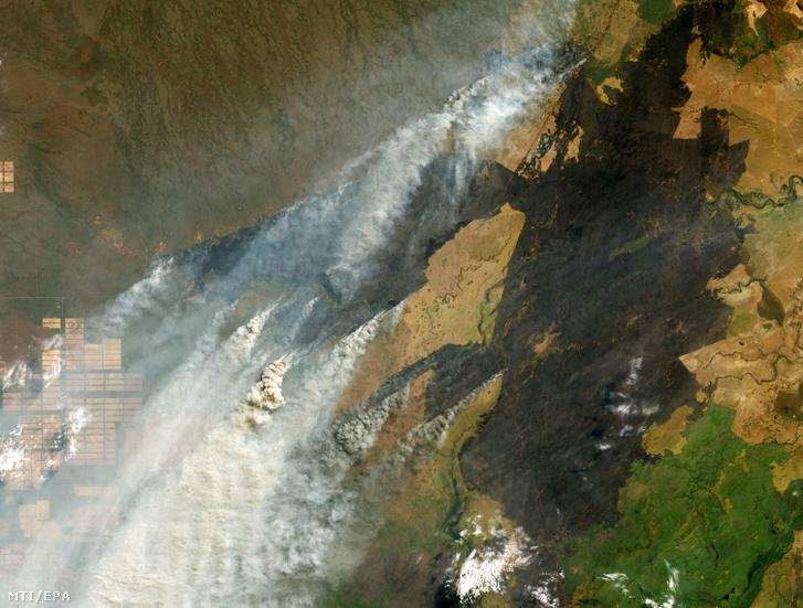 Az amerikai űrkutatási hivatal a NASA Terra nevű műholdjának 2019. augusztus 25-i felvételén füstoszlopok szállnak fel tűzfészkekről az amazóniai dzsungelben Brazília bolíviai-paraguayi határvidékén.