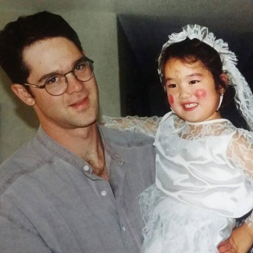 Sara kislányként úgy élt, mint minden átlagos gyerek, a betegség tünetei később jelentkeztek nála.