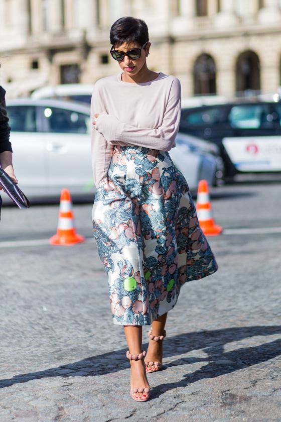 Mindig tökéletesen kombinálja a színeket, és kedveli a mintás, A vonalú szoknyákat. Nagyon nőies ebben a szettben.