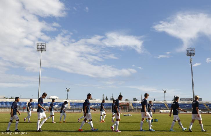 Az angol U17-es válogatott játékosai melegítenek be a Macedónia elleni Európa-bajnoki selejtező előtt a pafoszi stadionban 2014. október 27-én.