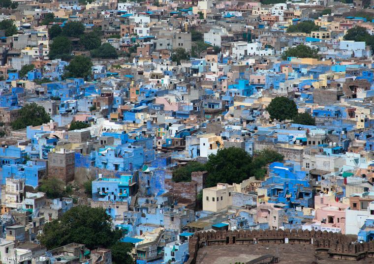 Ez az utolsó kép az északnyugat-Indiában található Dzsódhpur városát ábrázolja, amelynek belvárosa túlnyomórészt egyenkék házakat tartalmaz.Dzsódhpur azonban messze nem egy falu: 1,4 millió ember lakja