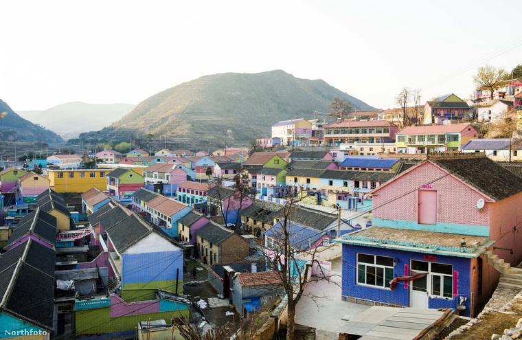 A falu egyes házainak falát a legkülönfélébb színekkel díszítették, így alakult ki ez az egyedi látkép.