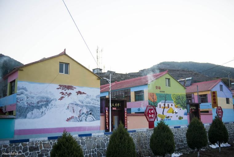 Sok helyen festményekkel is ellátták a házakat, hogy még színesebb legyen az összkép.