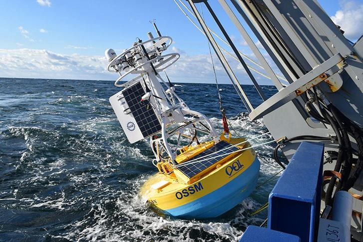 AZ OOI egyik mérőbójáját gyűjtik be a kutatóhajó fedélzetére