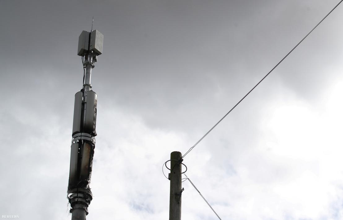 Felgyújtott 5G adó az angliai Birminghamben 2020 április 6-án.