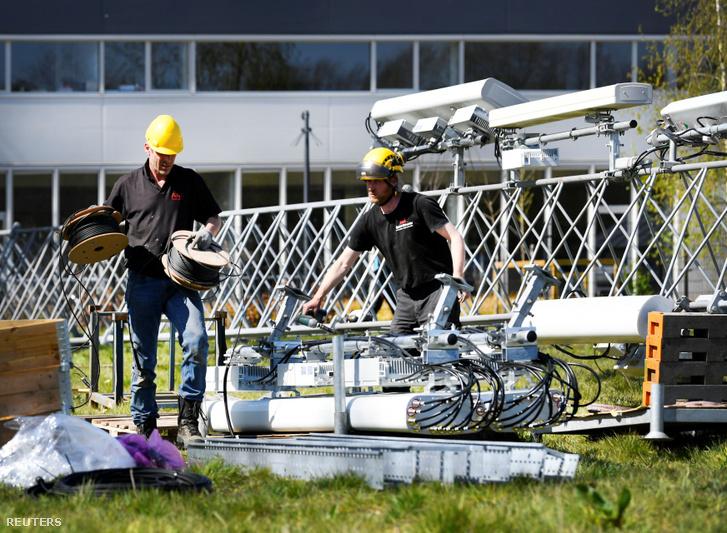 Egy megrongált 5G tornyot állítanak helyre Hollandiában 2020 április 11-én.