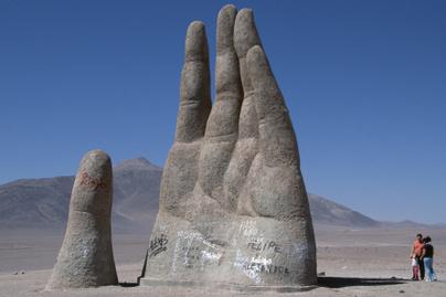 sivatag-keze-atacama-chile-szobor