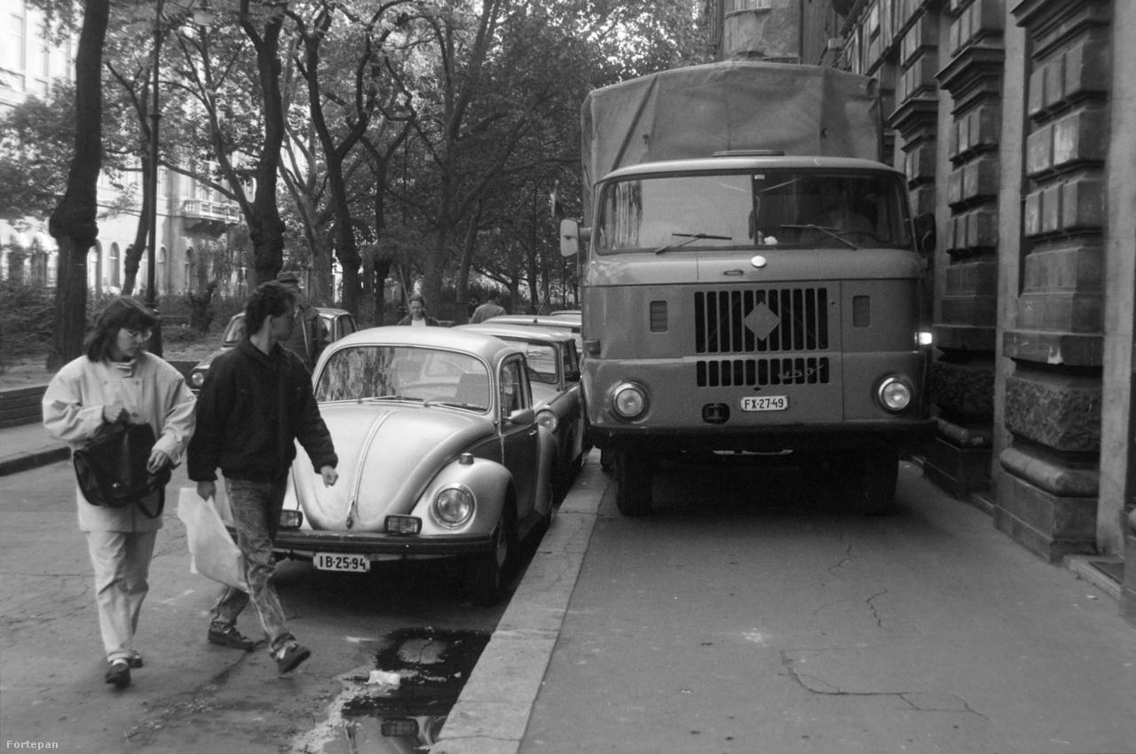 Nincs kicsi utca, vagy kevés rakodóhely - ezt a pesti IFA-sofőrök nagyon jól tudták. Ha nekik rakodni kellett, akkor az egész utca került, mint 1981-ben, a Liszt Ferenc téren.