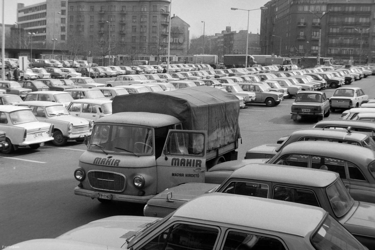 Budán a mai Mammut bevásárlóközpont helyén ásító nagy üres területet alakították ki parkolónak. A Lövőház utcai nagyparkoló hamar betelt már 1983-ban is. A képen a rendszerváltás után nagyot futó Mahir plakátcég egyik kisteherkocsija. Az utca hírmondója valószínűleg épp plakátot ragaszt.