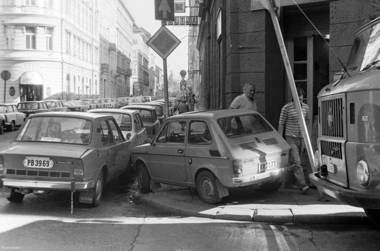 Újabb kispolszkis akrobata-mutatvány 1984-ből, a Terézvárosból. Ha a mellette elhaladó morcos úr egy kicsit jobban beebédel, már nem fért volna el a pocakja.