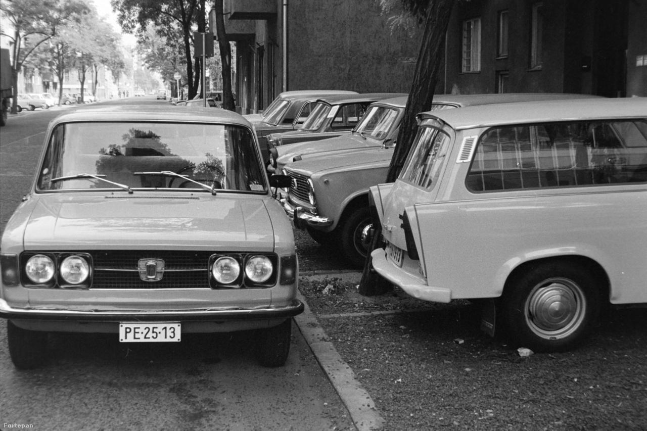 A Belvároson kívül is egyre gyakrabbak lettek a parkolási anomáliák, a képen például az újlipótvárosi Rajk László (ma Pannónia) utcában parkolt be egy Fiat a szomszédok elé, később feltételezhetően hangos dudálást kiváltva. A helyzet nem változott: az Újlipótváros ma az egyik legsúlyosabban teleparkolt városrész Budapesten.