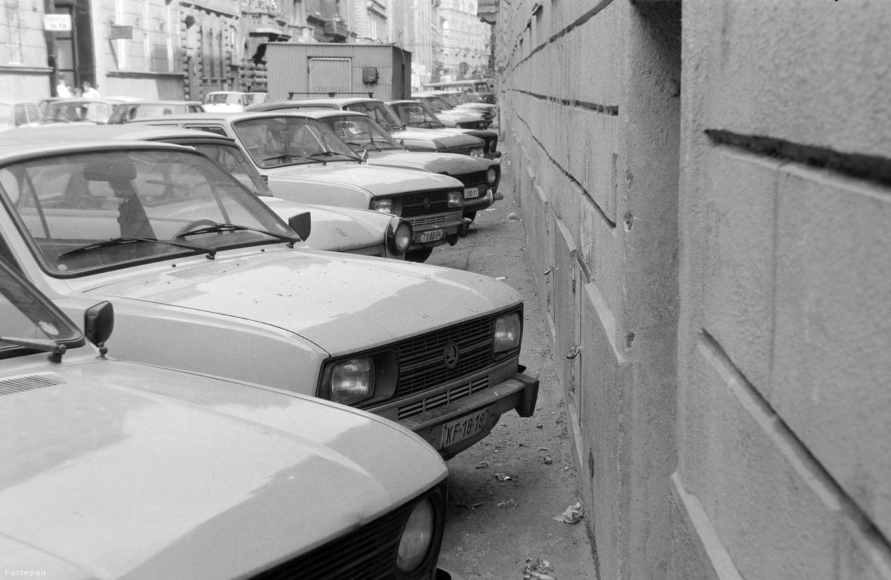 1984-ben a Kertész utcában már annyira leromlott a parkolási helyzet, hogy az autók egy az egyben annektálták a jobb oldali járdát, teljesen kiszorítva onnan a gyalogosokat - és amint látszik, az utcaseprőket is.