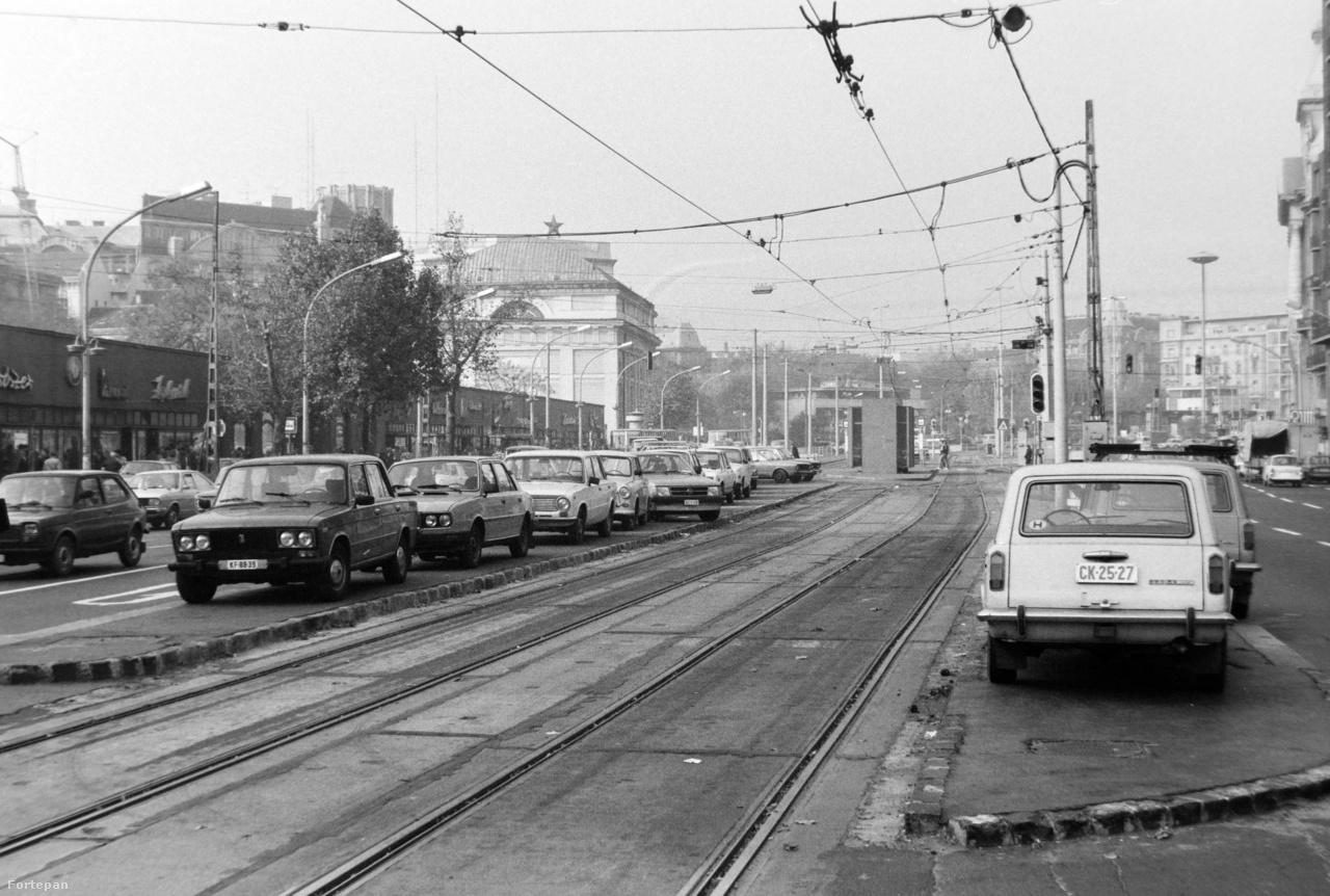 A járdafoglalás enyhébb fokozata volt a járdasziget-foglalás. A Kiskörúton, a Madách térnél például rendszeres volt, főleg a villamosforgalom ideiglenes szünetelésének idején, hogy a személyautók végig felálltak a járdaszigetekre.